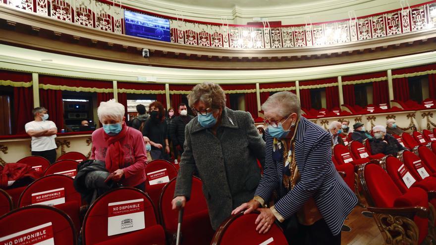 """""""Teníamos ganas de respirar el aire de la calle"""": Los residentes de los centros de mayores acuden al ensayo de la zarzuela en el Teatro Campoamor"""