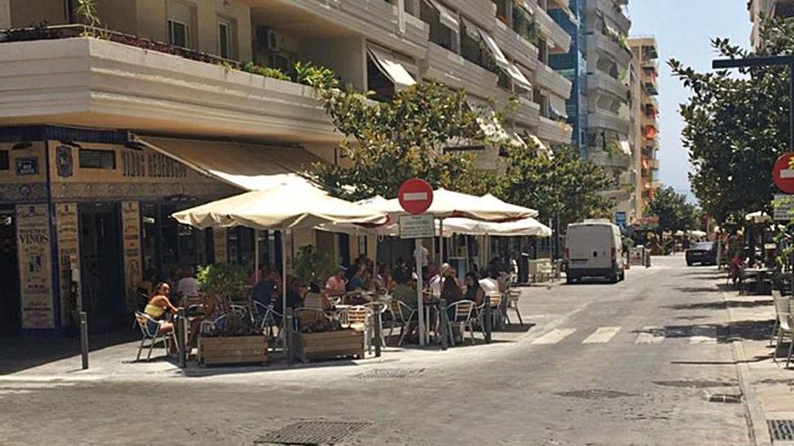 Instalan bolardos para evitar atropellos en la calle Miguel Cano