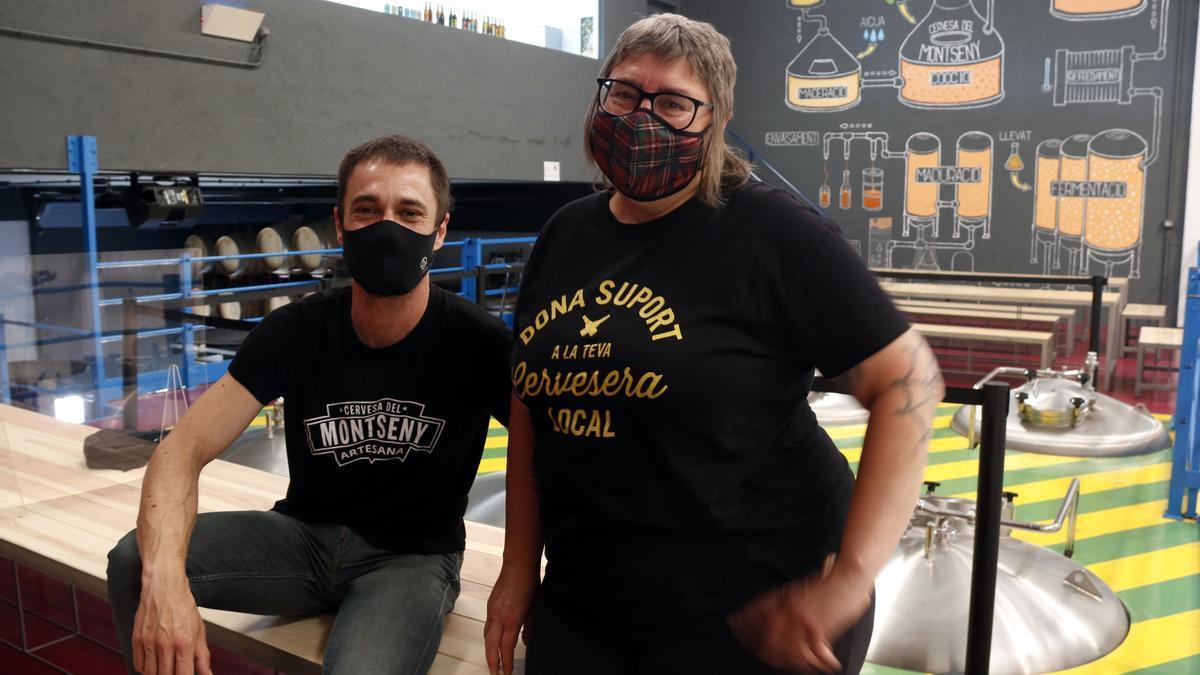 La vicepresidenta de GECAN, Judit Cartex, i un dels fundadors de Cervesa del Monseny Jordi Llebaria a la fàbrica de Sant Miquel de Balenyà