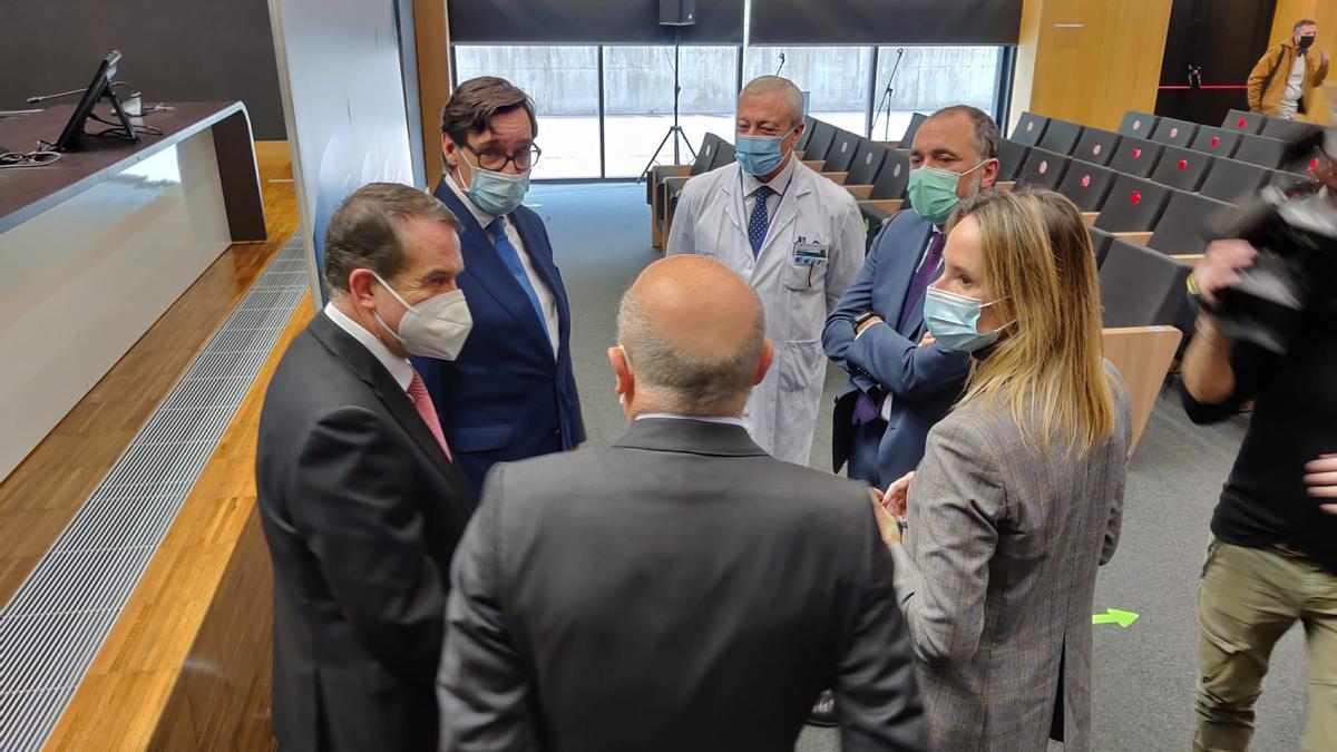 El ministro de Sanidad, Salvador Illa, con Abel Caballero y el consellerio de Sanidade, en el Hospital Álvaro Cunqueiro.