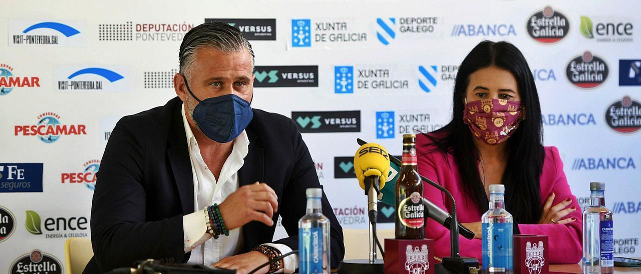 El nuevo director deportivo junto a la presidenta, Lupe Murillo, en su presentación en Pasarón. |  // GUSTAVO SANTOS