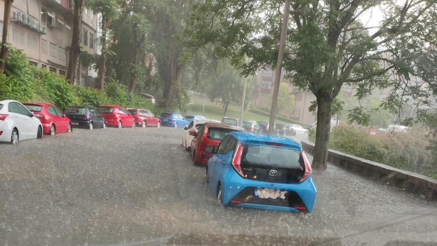 Calles y carreteras, convertidas en ríos, 'géiseres' y auténticas piscinas por el aguacero que inundó Ourense