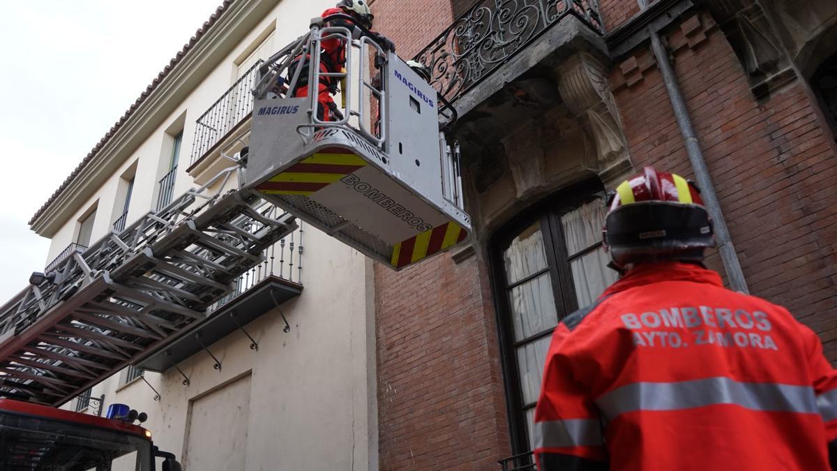Intervención de los bomberos por caída de cascotes en Zamora.