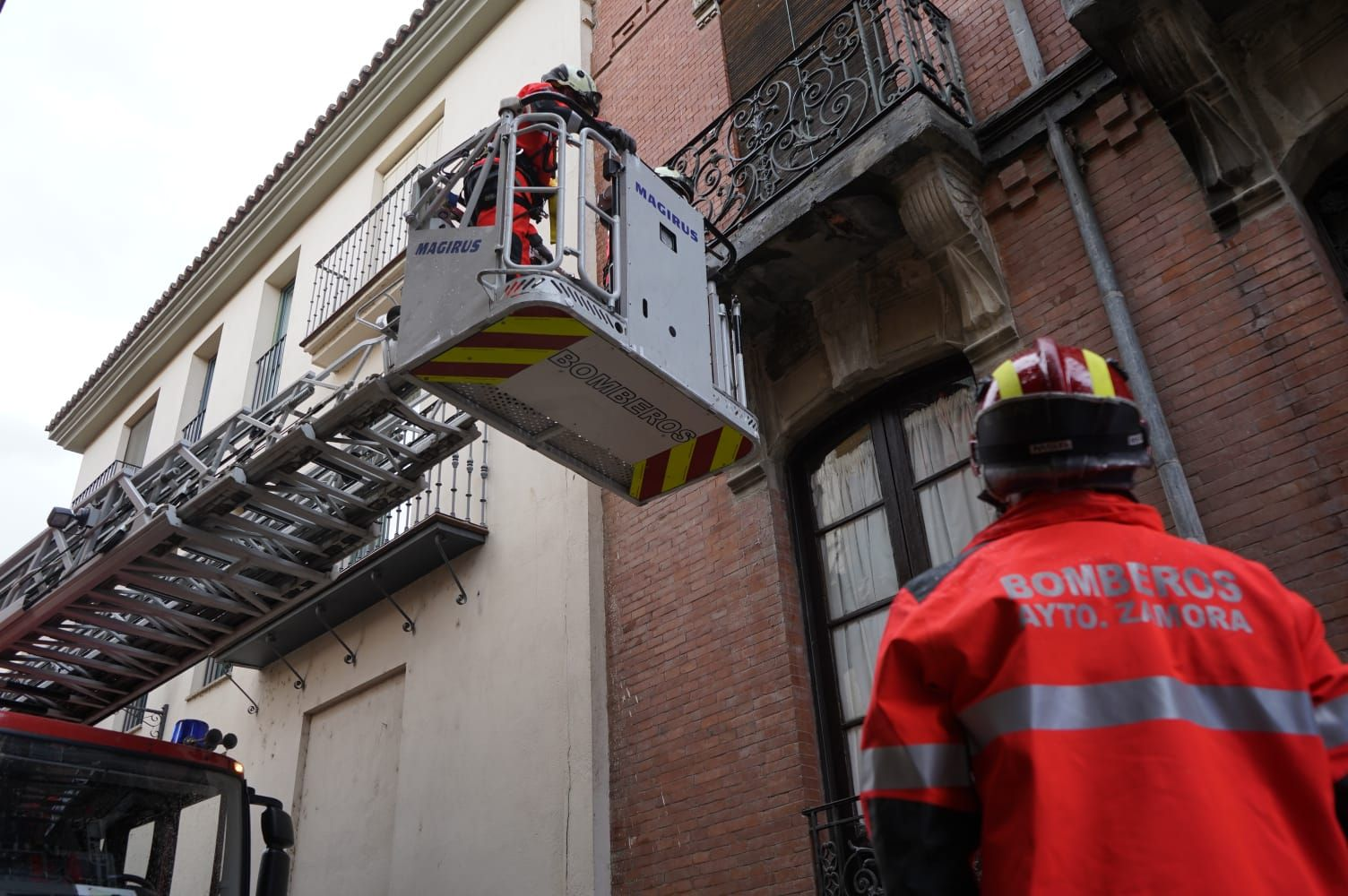 GALERÍA   Intervención de los bomberos por caída de cascotes en Zamora