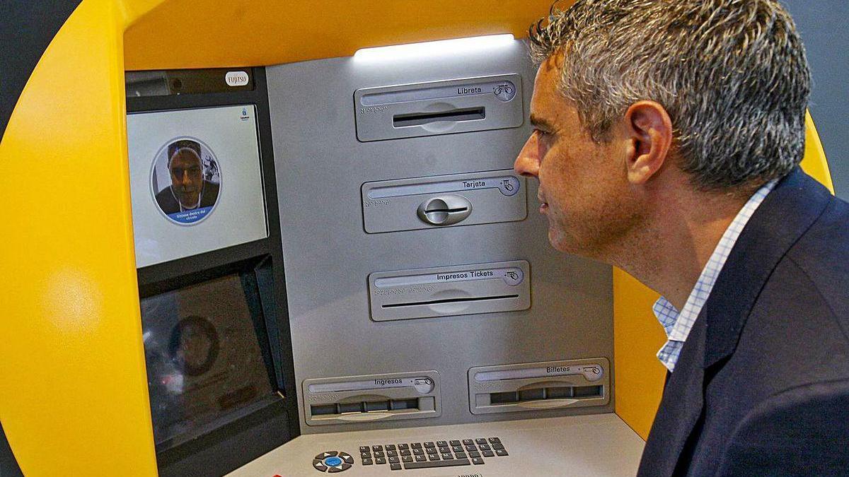 Imagen de un cajero con reconocimiento facial instalado en A Coruña.