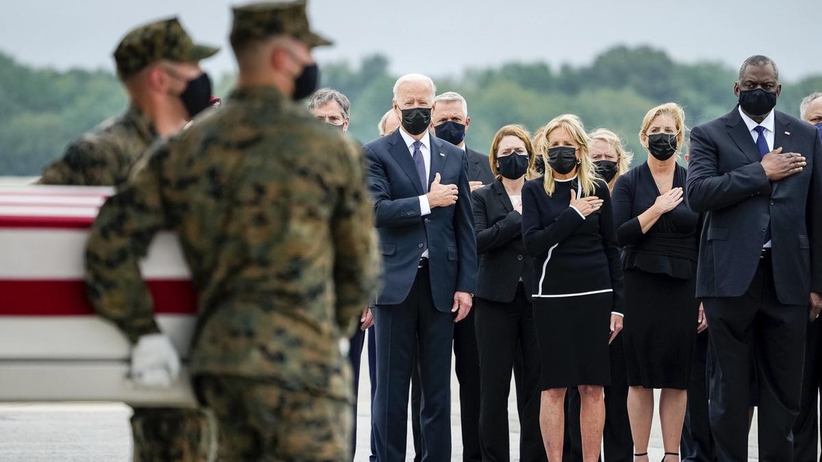 "Biden durante la ""ceremonia solemne""."