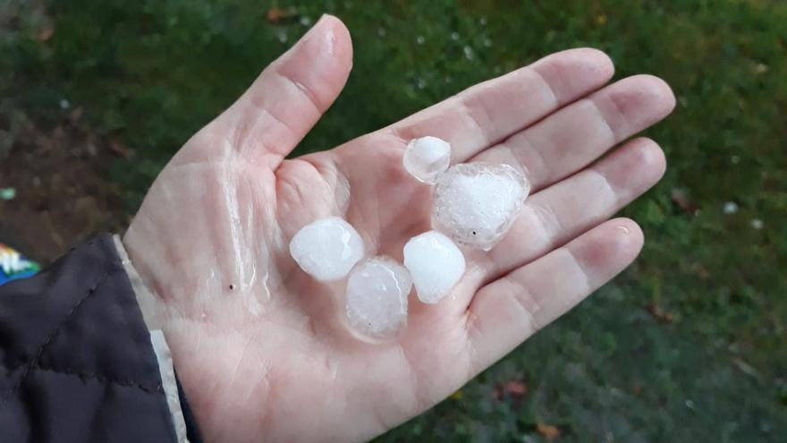 Piedras de hielo de tamaño canicas que dejó la tormenta