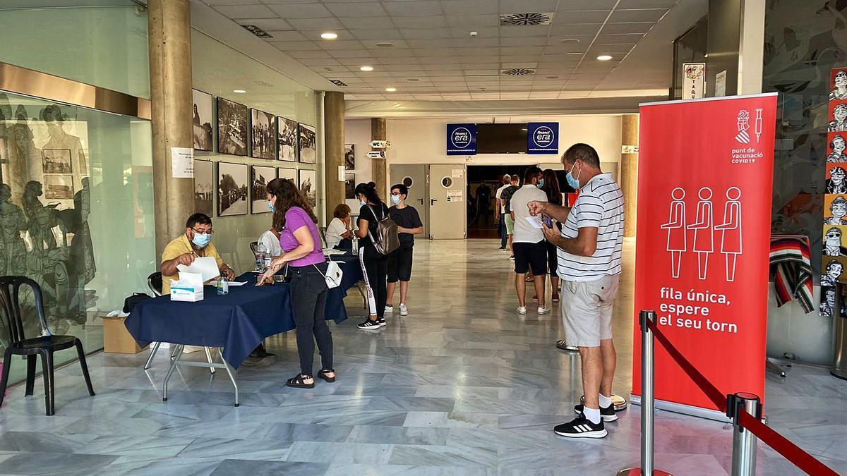 Colas para  la vacunaciónen  el Museu Faller.   levante-emv
