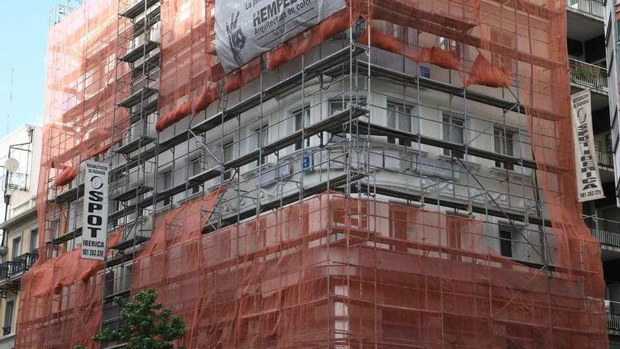 El Concello ordena retirar la red del edificio de Rúa Nueva para proteger a los vencejos