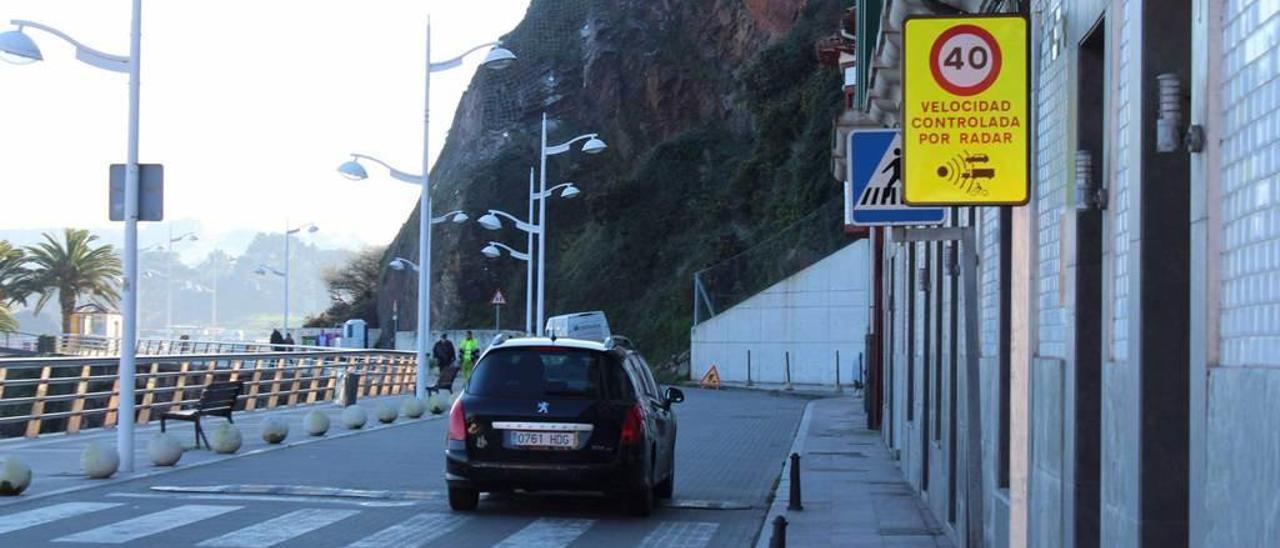 Un vehículo circula por el paseo marítimo, con una señal que limita la velocidad a 40 kilómetros por hora.