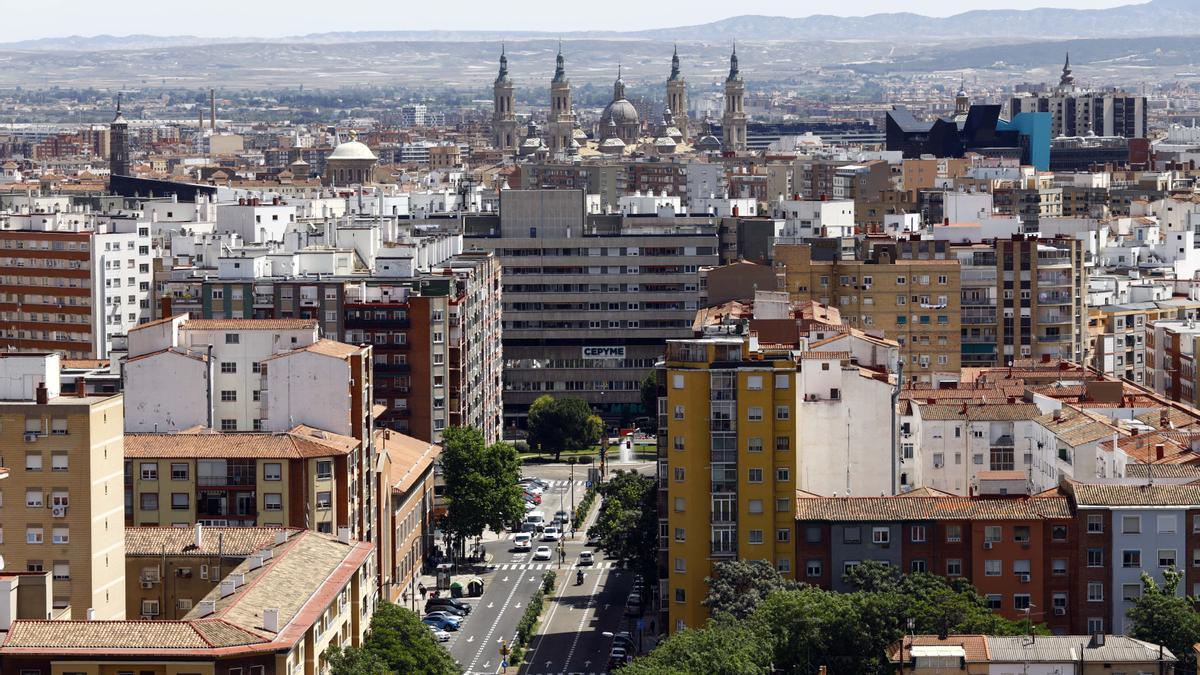 Vista panorámica del zaragozano barrio de Delicias, desde Duquesa Villahermosa, con la basílica del Pilar al fondo, en una imagen donde se aprecian las antiguas construcciones de los barrios consolidados.