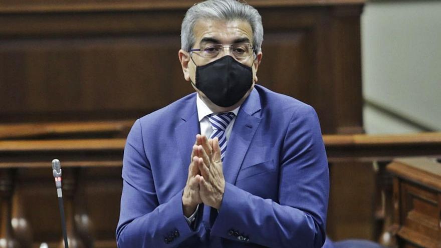 Román Rodríguez en una imagen de archivo en el Parlamento de Canarias.     DELIA PADRÓN