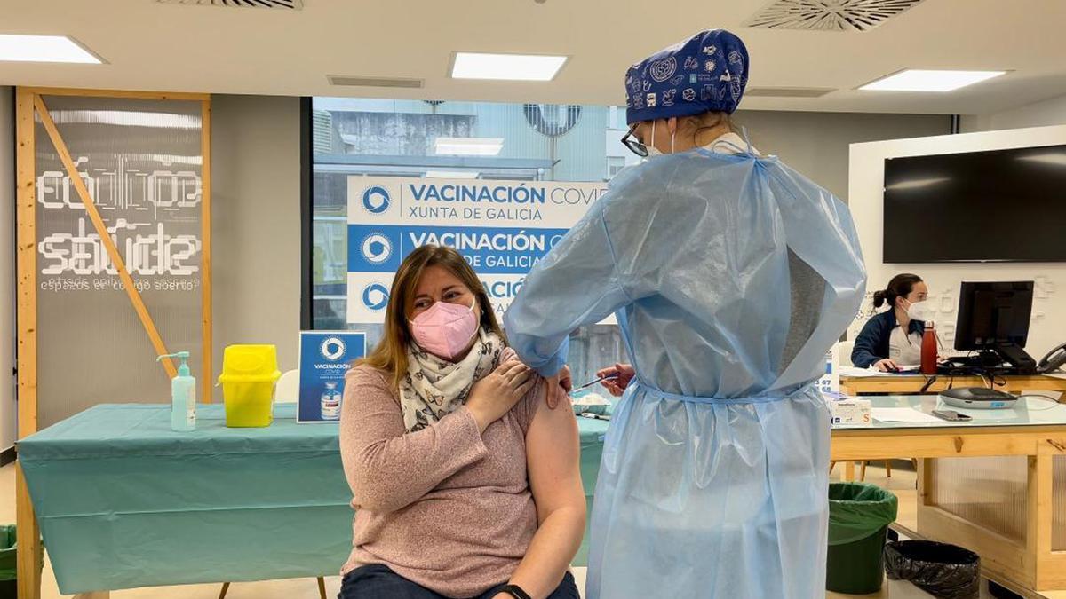 Vacunación de una mujer en el Complejo Hospitalario Universitario de Ourense
