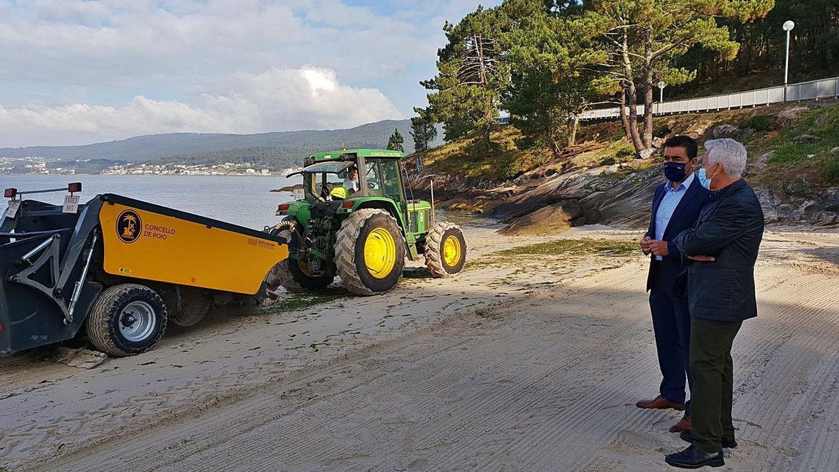Visita del delegado territorial de la Xunta a la playa de Cabeceira, en Poio. |   // FDV