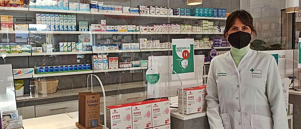 Lucía Noval, propietaria de la farmacia atracada este viernes en Colloto, en el establecimiento.