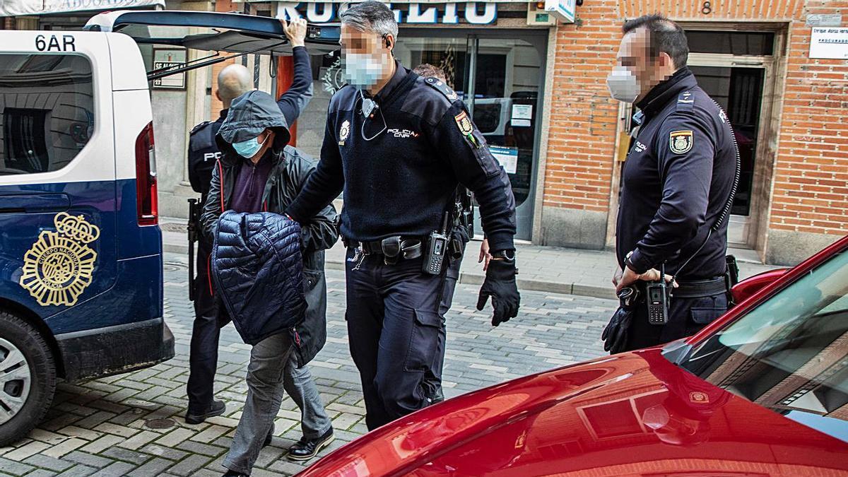 El funcionario del Ayuntamiento de Zamora a su llegada al Juzgado para ser interrogado.   Nico Rodríguez
