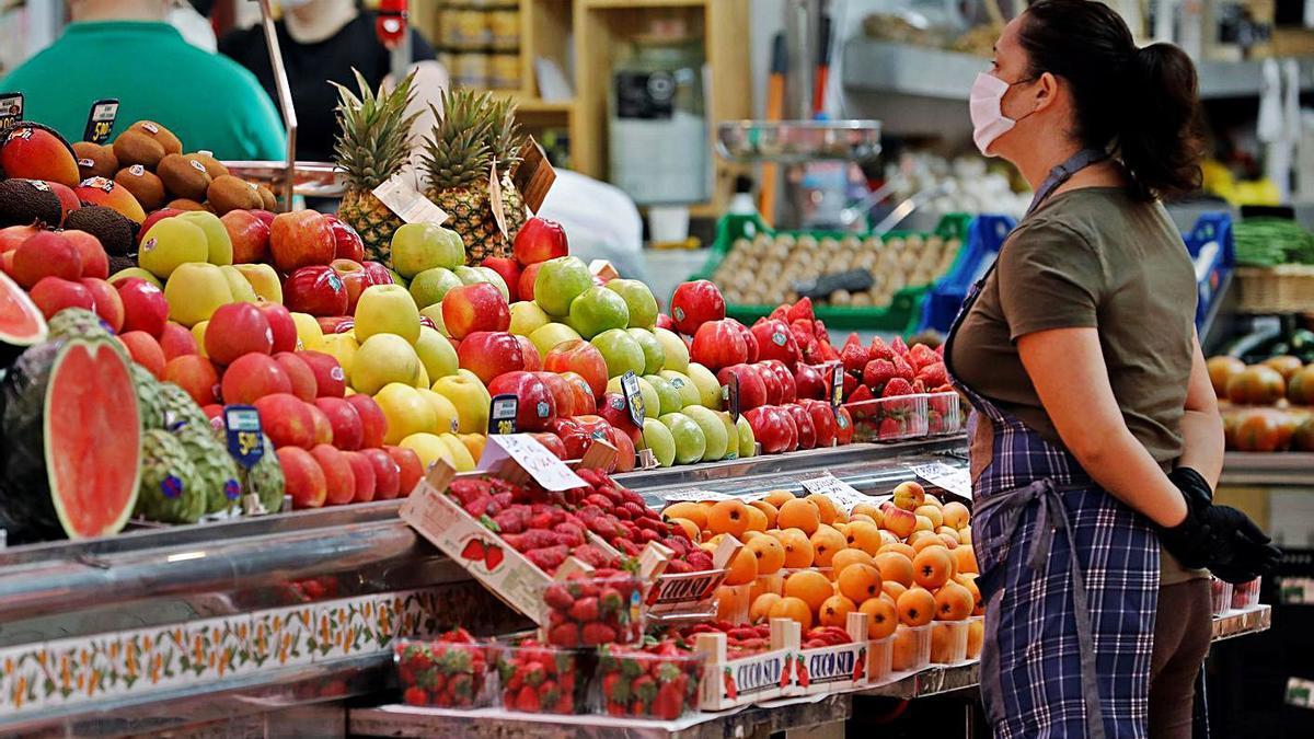 Una parada de frutas en el Mercado Central de València, en una imagen de archivo.  | EFE