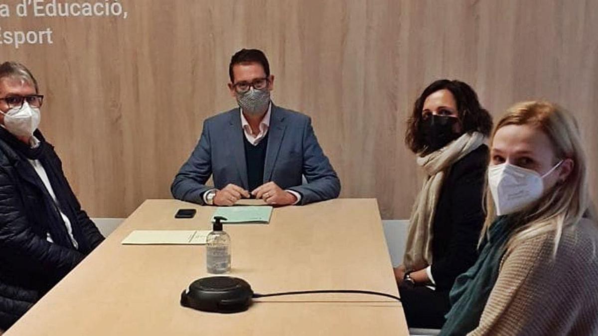El director de Infraestructuras Educativas, Víctor Garcia, y la alcaldesa, Isabel Albalat, en la reunión.  | MEDITERRÁNEO