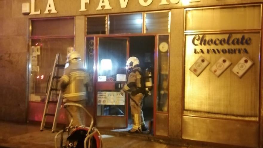 Alarma en el centro de Oviedo: los bomberos sofocan de madrugada un incendio en una conocida tienda junto al Fontán