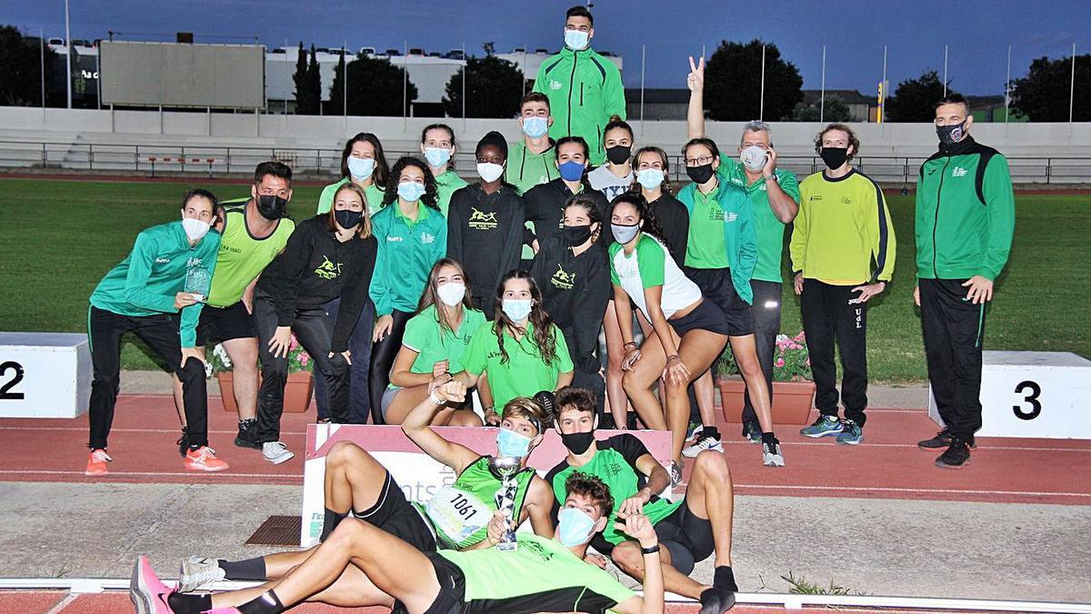 Los equipos femenino y masculino del Siurell tras el campeonato.