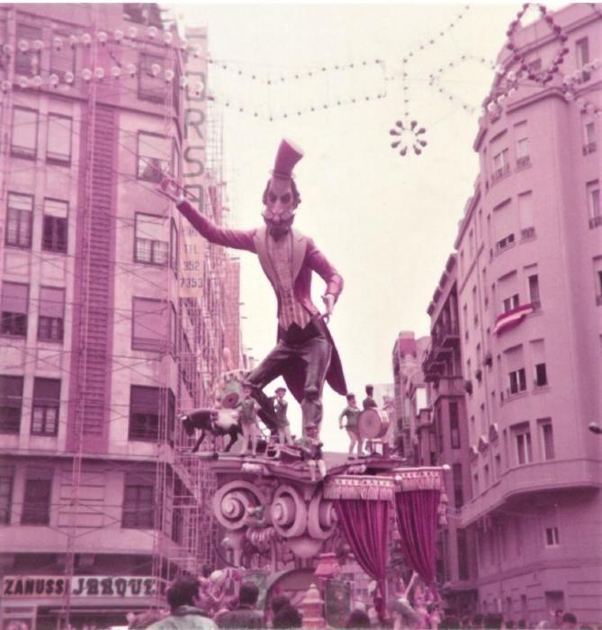 El remate estaba formado por una colosal figura de Rafael Dutrús, el legendario director primigenio de la banda de Catarroja.