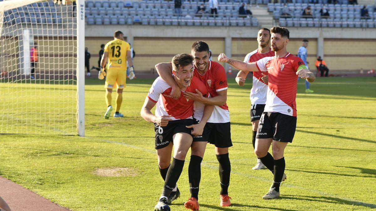 Del Moral celebra su gol en El Ejido, segundo de la temporada para él, junto a Álvaro y Flores, que han anotado uno cada uno.
