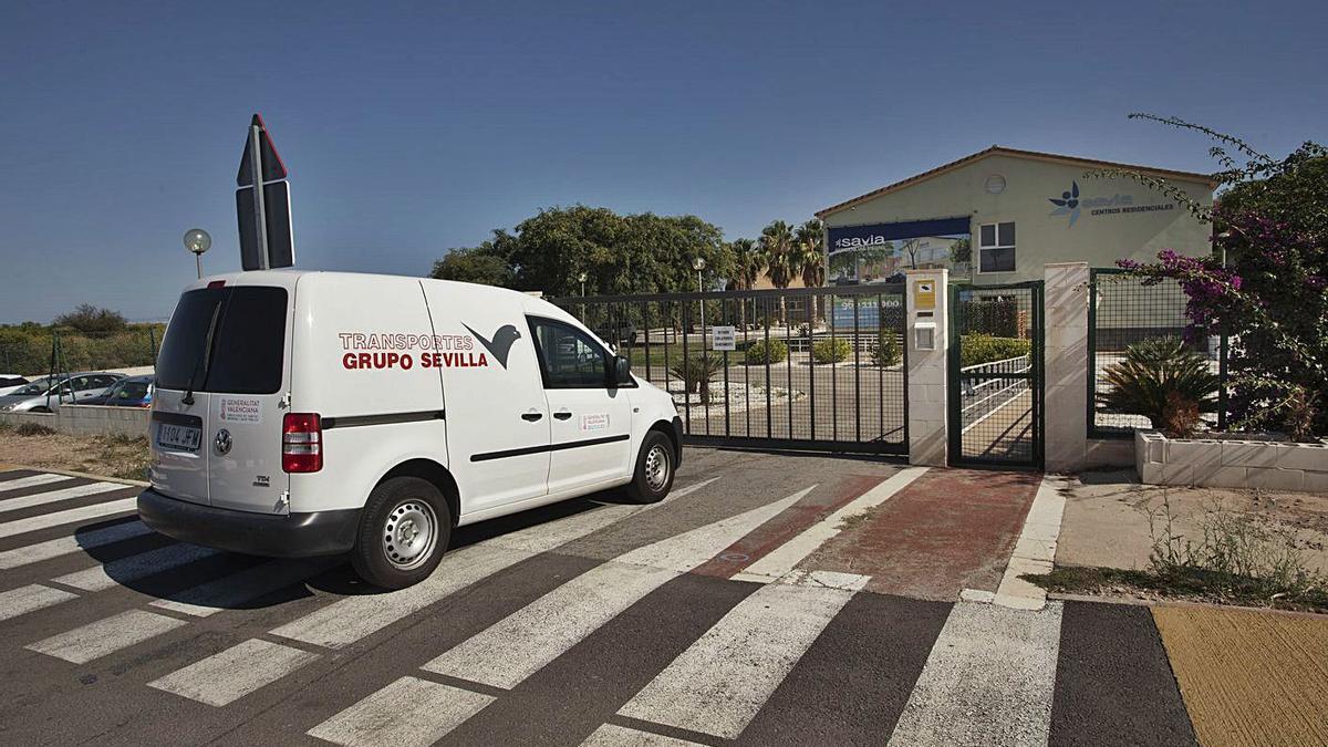 Un vehículo entrando en la residencia del Puig. | DANIEL TORTAJADA