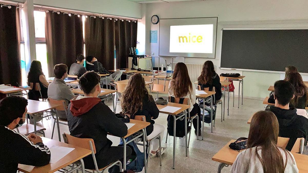 Inici d'una de les projeccions de «La Mice al col·le», a una classe de Secundària d'un centre. | LEVANTE-EMV