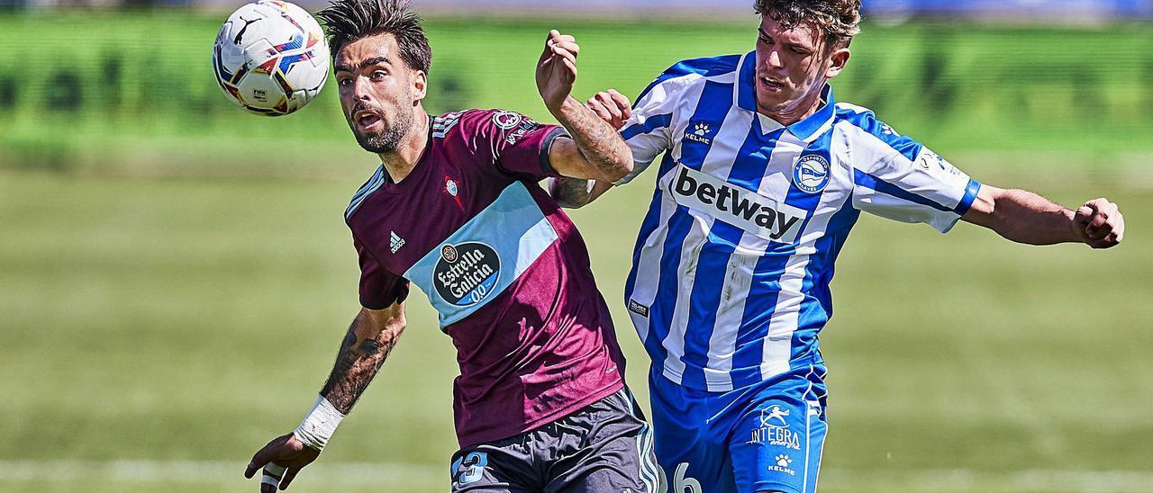 Brais Méndez controla un balón ante la oposición del lateral izquierdo Javi López durante el partido disputado ayer en Mendizorroza. // LOF