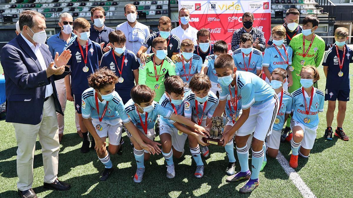El Celta sub 12, con el trofeo de campeón.
