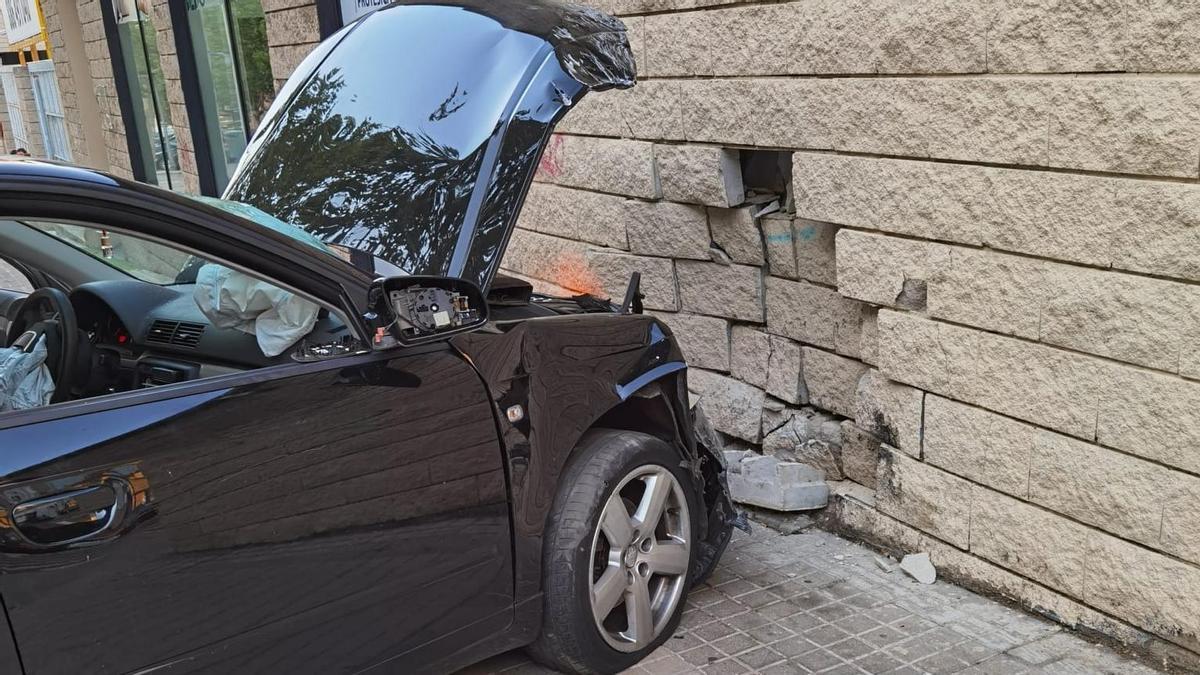 El vehículo, empotrado contra la fachada de la estación de autobuses