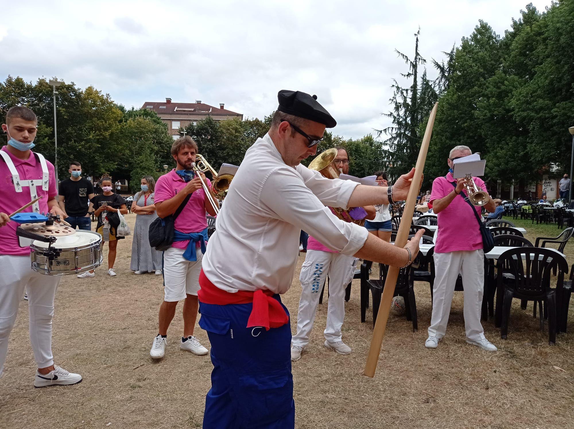 Lugones llena la calle: gigantes y cabezudos, reparto del bollo, charangas y muchas ganas de fiesta por Santa Isabel