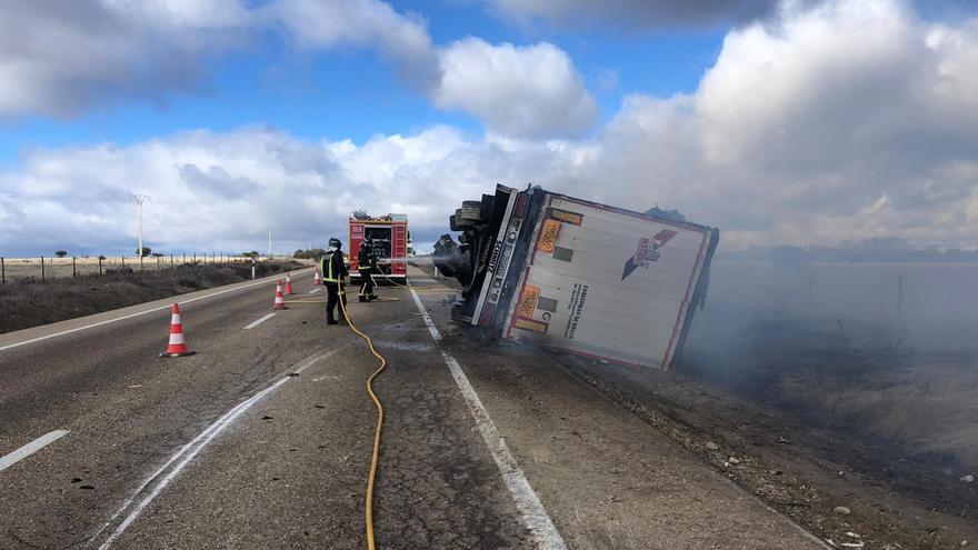 Incendiado un camión en la N-122 en Cerezal de Aliste | Zamora