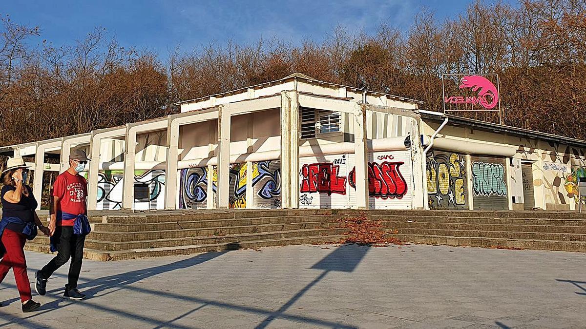 Edificio de la antigua cafetería Camaleón, sin uso y que el Concello proyecta derribar.  |  // MARTA G. BREA