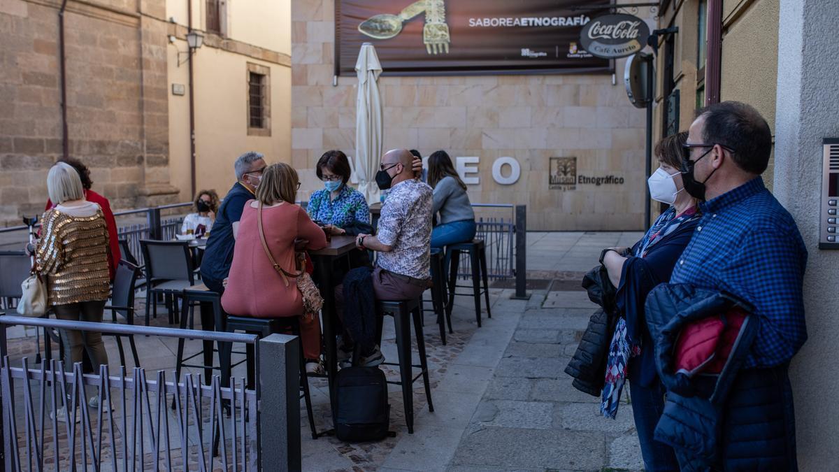 Varias personas en una terraza de la plaza de Viriato.