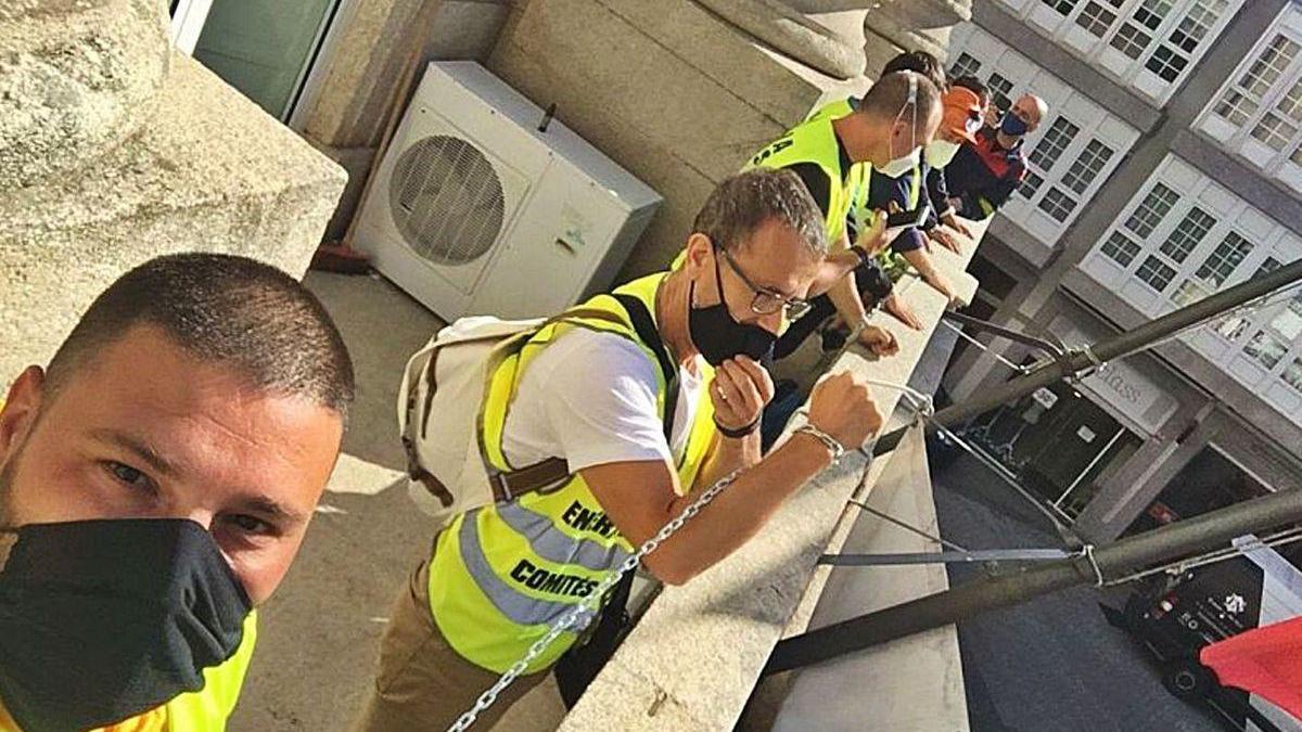 Trabajadores de Alcoa se fotografían encadenados al balcón de la Subdelegación lucense.