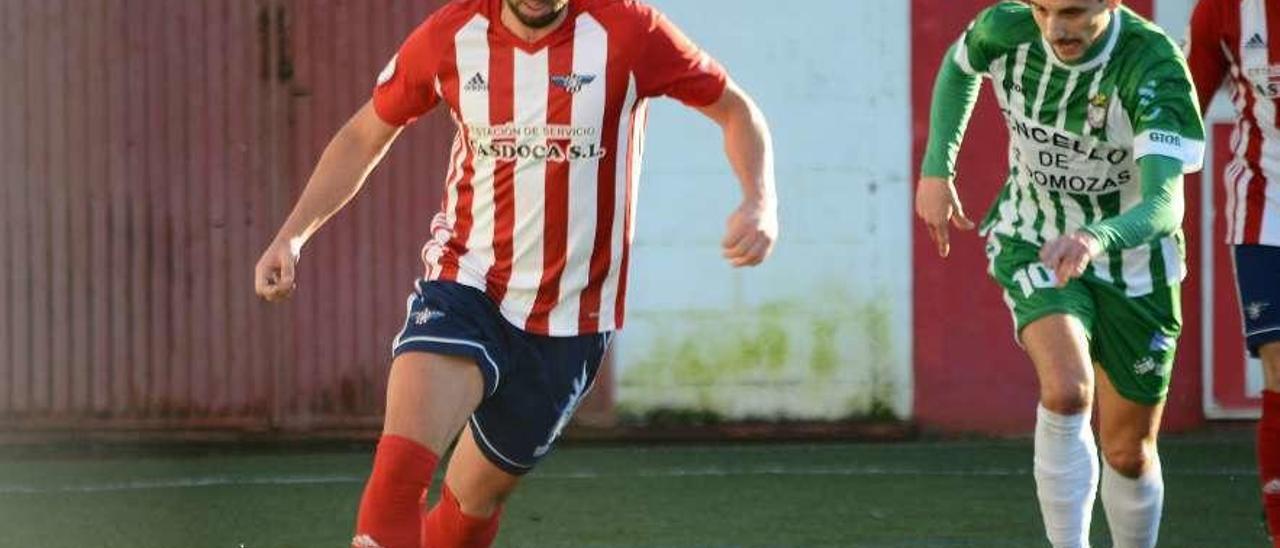 Agujetas sale con el balón controlado en un partido anterior. // Gonzalo Núñez
