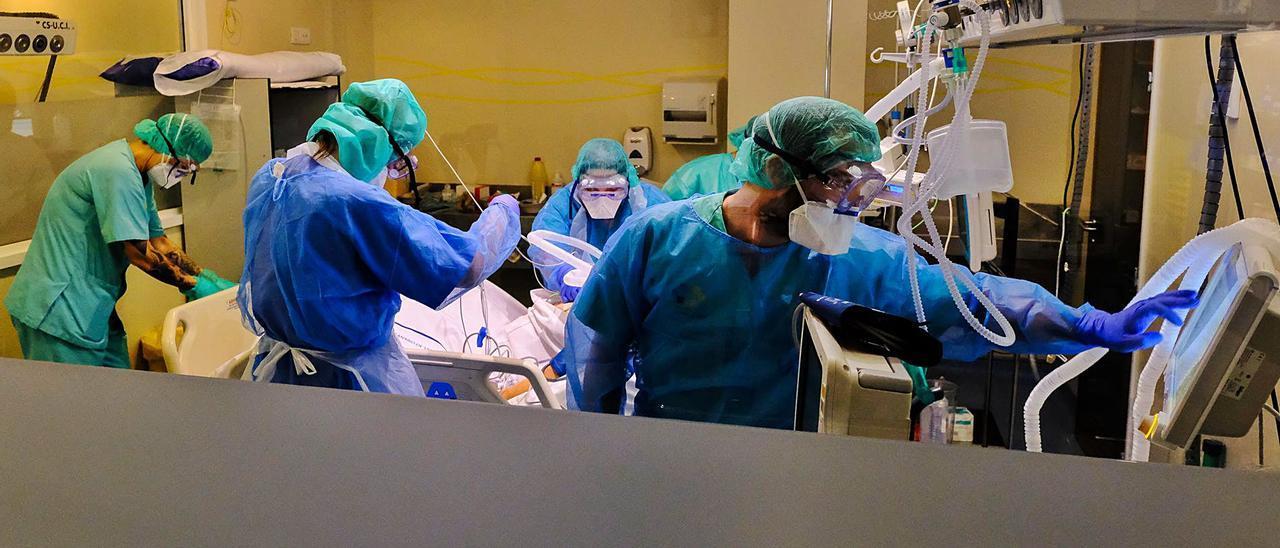 Sanitarios atienden a un enfermo por covid durante la primera ola de la pandemia en el Hospital Negrín. | | ANDRÉS CRUZ