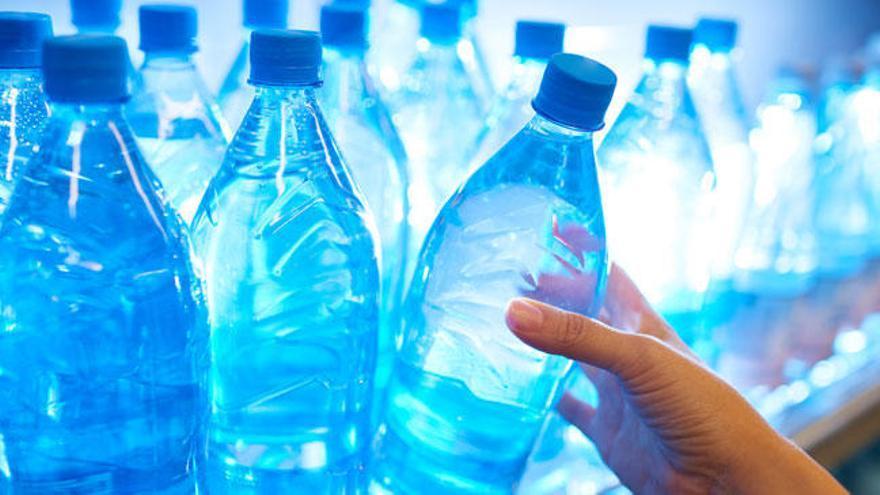 ¿Por qué no debes reutilizar las botellas de plástico?