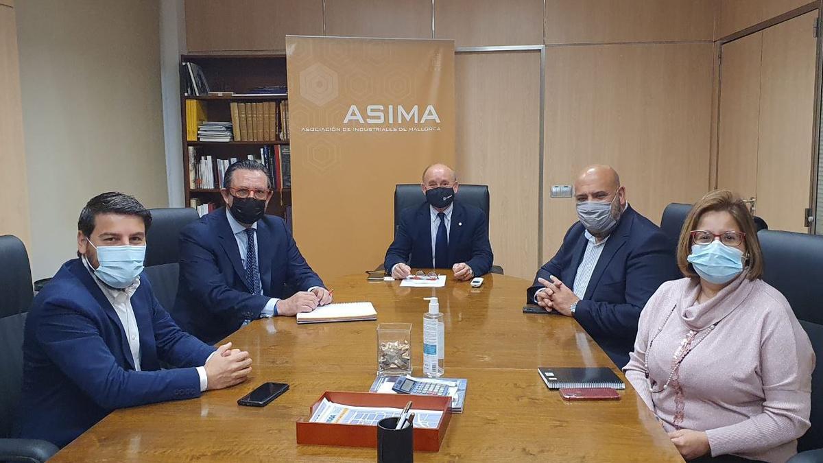 Un momento de la reunión de los conservadores palmesanos con la dirección del polígono de Son Castelló.