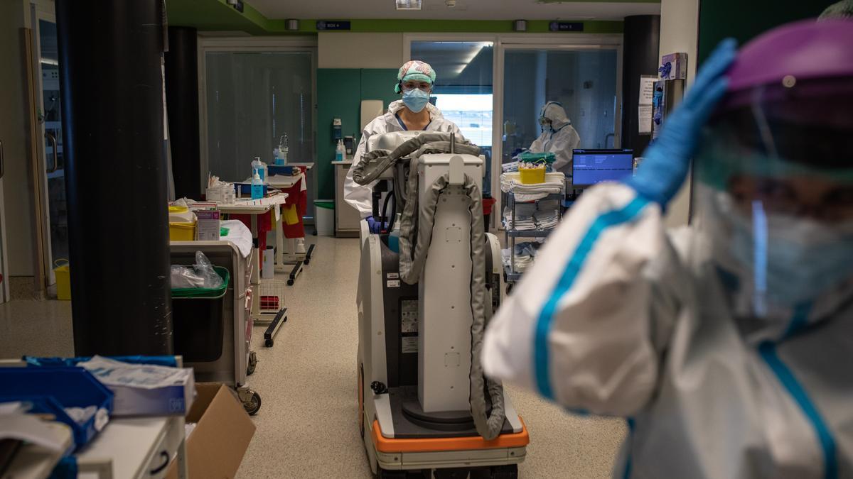 Sigue la última hora del coronavirus en Zamora. En la imagen, personal sanitario en la UCI del Hospital Virgen de la Concha de Zamora.