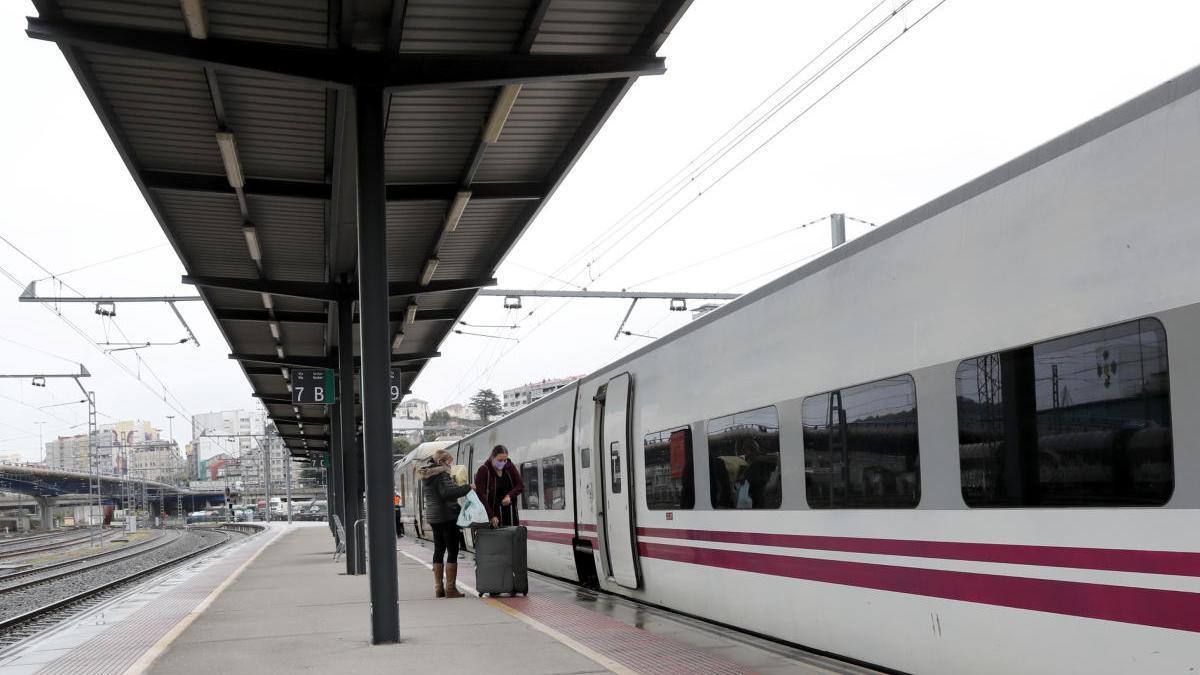 Los andenes de Vigo, desiertos ayer minutos antes de que partiese un tren con destino a Madrid. // José Lores