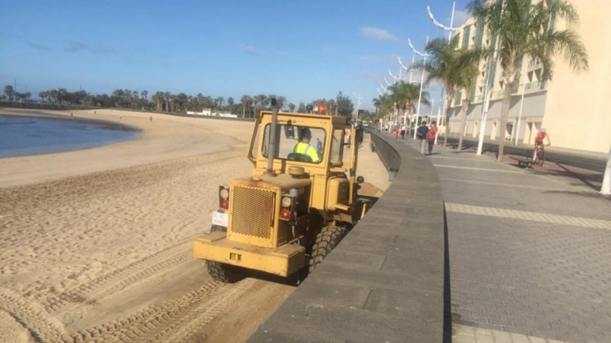 El Ayuntamiento de Arrecife 'pone a punto' las playas de la capital.