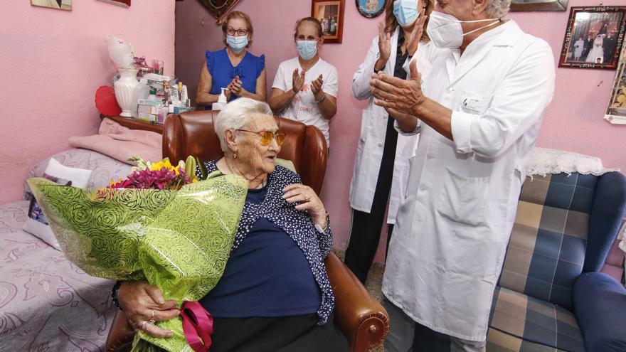 Homenaje a Julia, vecina de Aldea Moret de 104 años