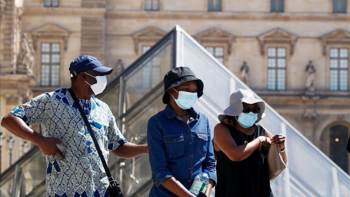 """Francia pone a París y 20 departamentos en """"vigilancia reforzada"""" por covid"""