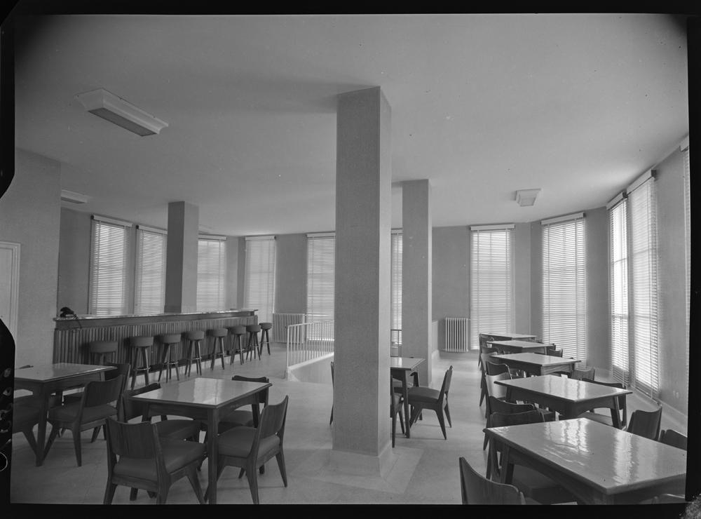 Cafeter�a con barra de madera y taburetes altos. Sillas y mesas en el resto de la sala.jpg