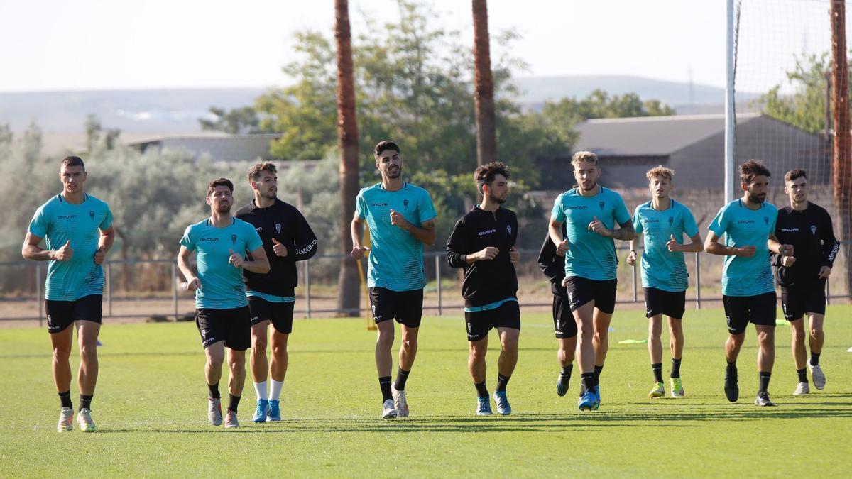 Los jugadores del Córdoba CF que fueron titulares este miércoles en Torremolinos tuvieron una suave sesión.