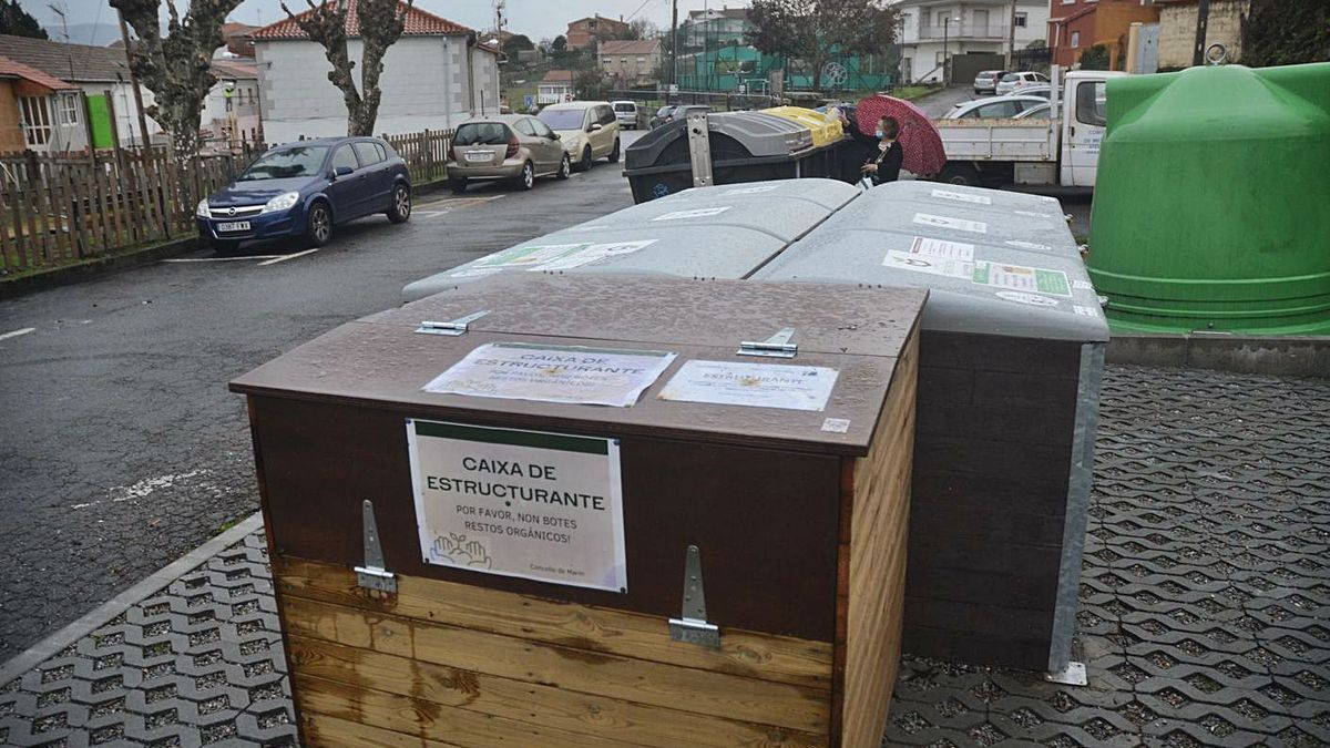 Composteros comunitarios instalados en A Cañota, en Marín.     // RAFA VÁZQUEZ
