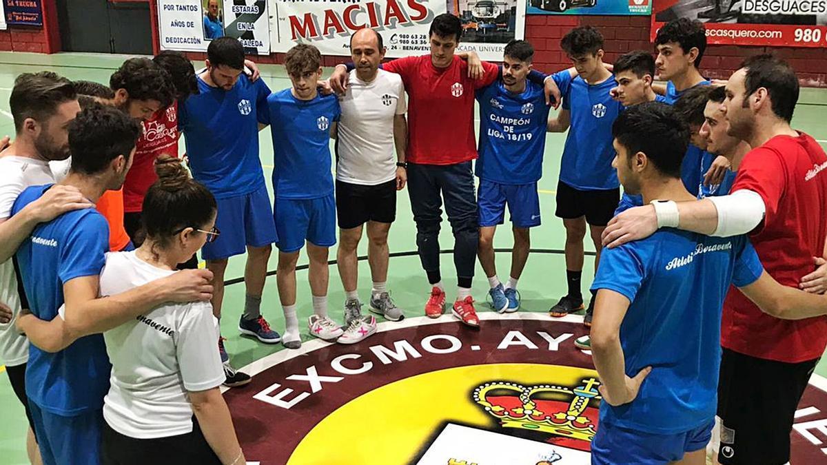 Los jugadores benaventanos se conjuran en el último entrenamiento de la temporada celebrado ayer. / Daniel Simón