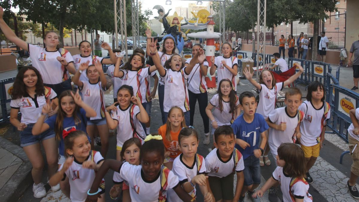 Niños disfrutando de las Hogueras en imagen de archivo